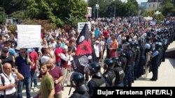 Під час акції протесту під будівлею парламенту, Приштина, 1 вересня 2016 року