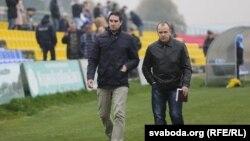 """Дзяніс Шунто (зьлева) й Алег Дулуб (справа). Футбольны клюб """"Крумкачы"""". 4 лістапада 2015."""
