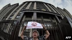 Людмила Алексеева, президент Московской Хельсинской группы , член совета по правам человека, протестует против закона об НПО перед зданием Государственной Думы в Москве.