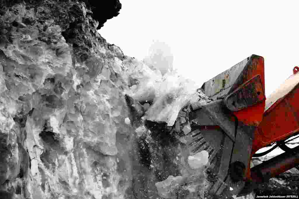 """FINALIST:""""Destroying the Glacier"""": The machine of a gold-mining company breaks up the glacier to make it easier to move for getting the gold under the glacier. (Janarbek Joldoshbaev, RFE/RL's Kyrgyz Service)"""
