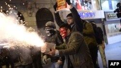 Интернет боюнча мыйзамга каршы чыккандар полиция менен кагылышууда. 8-февраль, 2014-жыл