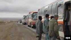 ارشیف، په غزني کې د کابل-کندهار پر لویه لاره امنیتي ځواکونه د یوه مسافر وړونکي موټر د تلاشۍ پر مهال.