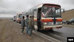 ایستبازرسی اتوبوسها در نزدیکی غزنی. ۲۴ مارس ۲۰۱۵