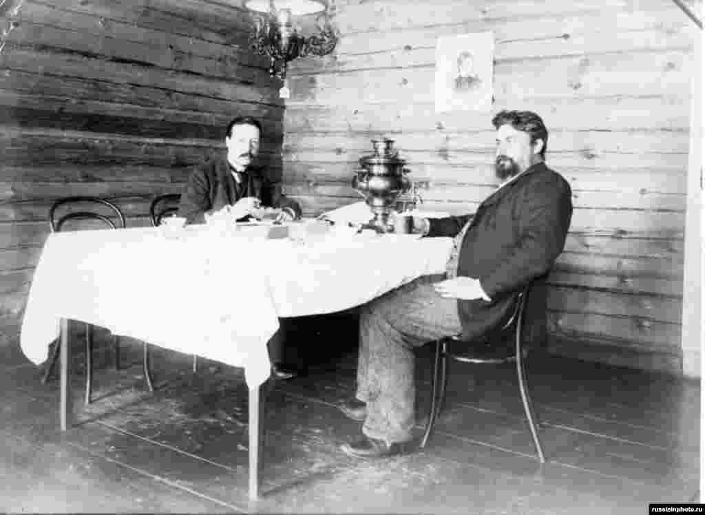 За столом, 1900 год