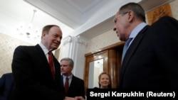 Міністр закордонних справ Росії Сергій Лавров (п) вітає сенатора Річарда Шелбі, Москва, 3 липня 2018 року