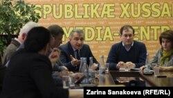 Круглый стол закончился жесткой словесной перепалкой между Анатолием Библовым и Зитой Бесаевой. Договориться о дальнейших шагах участникам встречи не удалось