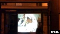 نمای بیرونی از گالری ۵۲ در «شب سفید» پاریس به هنگام پخش «آگاه زیان»