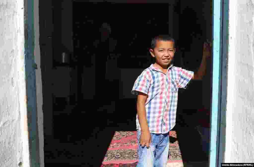 Младший сын Нуржана и Раи на пороге дома.
