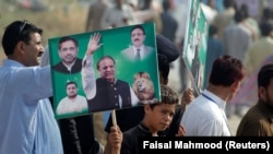 Сторонники бывшего премьер-министра Пакистана Наваза Шарифа в момент его появления в суде по делу о коррупционных обвинениях. Исламабад, 26 сентября 2017 года.