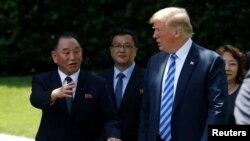 Президент Дональд Трамп Түндүк Кореянын өткөн аптада АКШда болгон чабарманы Ким Йоң Чол менен. Вашингтон, 1-июнь, 2018-жыл.