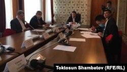 Айеркен Саймаитиге байланыштуу Жогорку Кеңеште түзүлгөн убактылуу комиссиянын отуруму. 3-июнь, 2020-жыл.