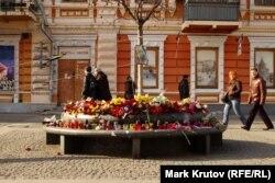 Цветы в память о погибших на Майдане, Днепропетровск, Европейская площадь
