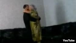 """Скриншот размещенного в YouTube видео сельского муллы, проводящего """"лечение бесплодия""""."""