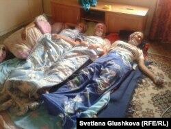 """Женщины - участницы акции протеста в форме """"сухой голодовки"""" лежат на полу. Астана, 22 августа 2014 года."""