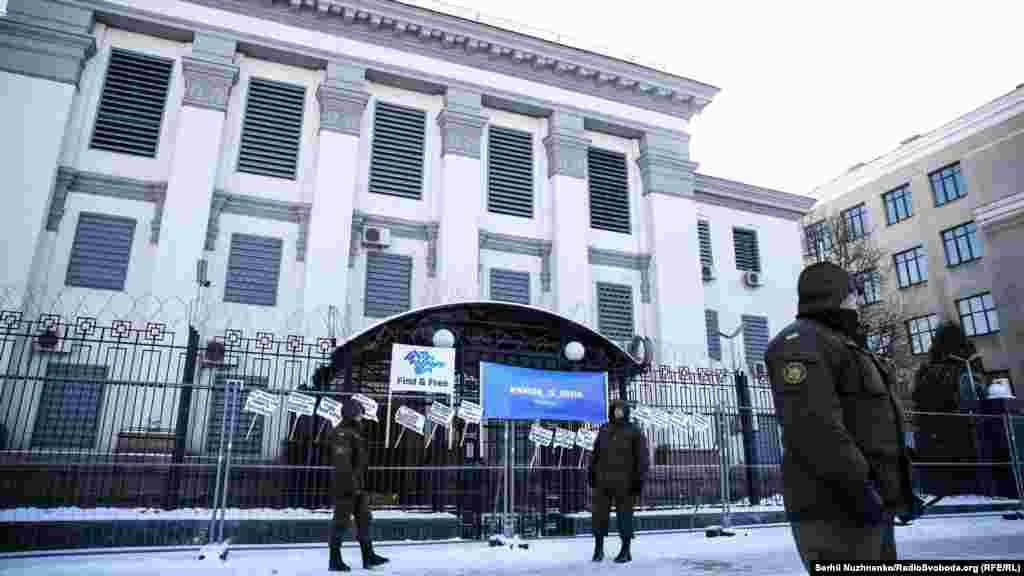 Як і під час попередніх акцій, з будівлі посольства до активістів ніхто не вийшов