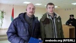 Аляксей Жалноў (зьлева) інаваполацкі актывіст Андрэй Гайдукоў