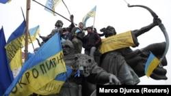 Пам'ятник засновникам Києва на майдані Незалежності під час Революції гідності. Київ, 15 грудня 2015 року