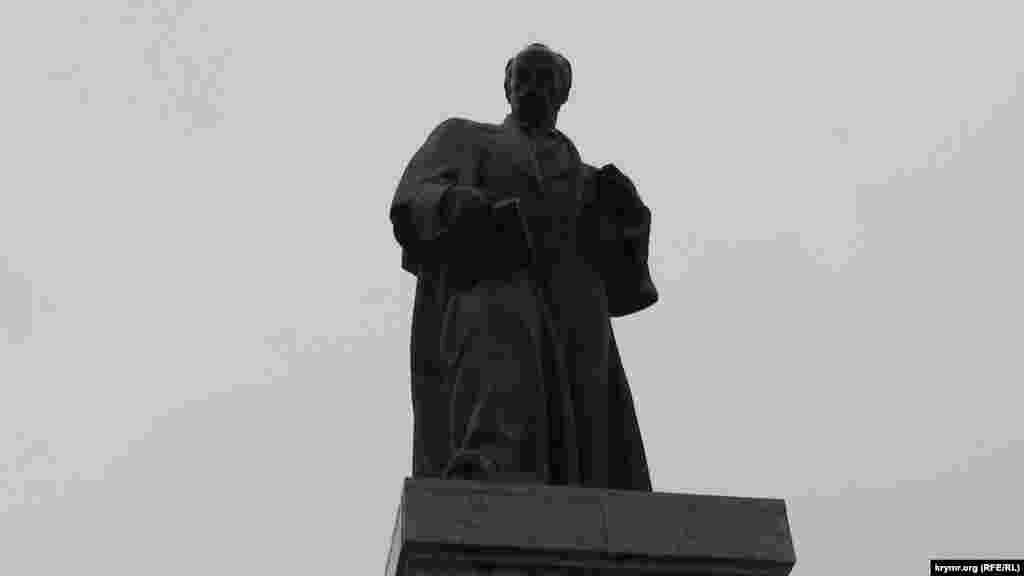 Пам'ятник Тарасу Шевченку в Севастополі. Кобзар «дивиться» на місто