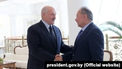 Курманбек Бакиев Беларус президенти Александр Лукашенко менен. Минск, 2019-жылдын 6-августу.