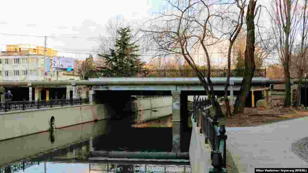 Постепенно приближаемся к массивному мосту на улице Толстого. По ней в час пик проезжает большое количество машин