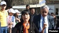 Секретарь фракции ППА Наира Зограбрян во время предвыборной кампании, 26 апреля 2013 г.
