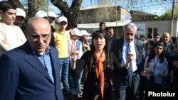Armenia - Naira Zohrabian (C) and Vartan Oskanian (R) of the Prosperous Armenia Party hold an election campaign meeting in Yerevan, 26Apr2013.