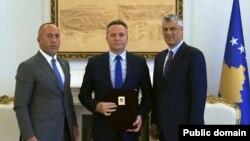 Presidenti i Kosovës, Hashim Thaçi (djathtas), ish-drejtori i AKI-së, Shpend Maxhuni dhe kryeministri në largim i Kosovës, Ramush Haradinaj.