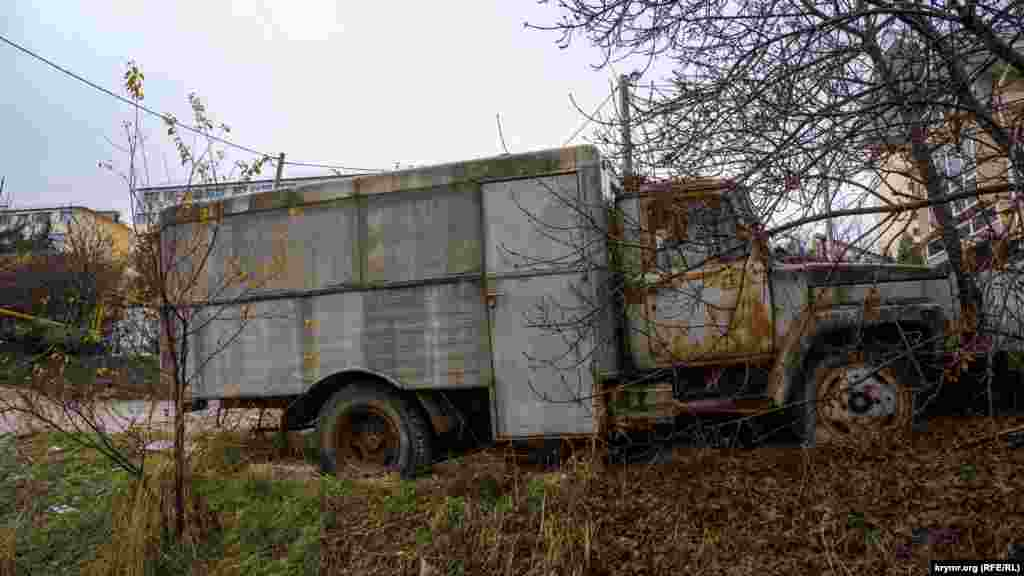 Старый спецавтомобиль продолжает ржаветь на Утренней