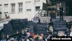 Протестен перформанс на Платформата за ХИВ кој се одржа пред Министерството за здравство.