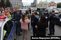 Полиция в Новосибирске пытается задержать водителя поддержавшего протестующих