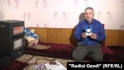 Мухаммадрахим Шоев показывает фотографию своего сына, уехавшего на Ближний Восток и, по сообщениям, погибшего там.