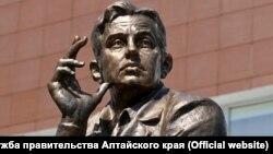 Памятник Роберту Рождественскому на Алтае