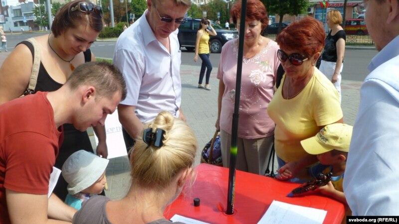В Бресте претенденты в кандидаты в депутаты от БСДП провели пикет по сбору подписей