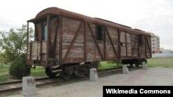 Железнодорожный вагон — один из нескольких элементов мемориального комплекса «Исход и Возвращение» в Элисте.