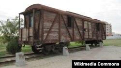 """Железнодорожный вагон. Фрагмент мемориального комплекса """"Исход и Возвращение"""", Элиста"""