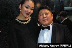 Актриса Мадина Есманова (роль Сары Алпысовны), режиссер и сценарист Рустем Абдрашев. Казахстан, Алматы, 12 декабря 2013 года.