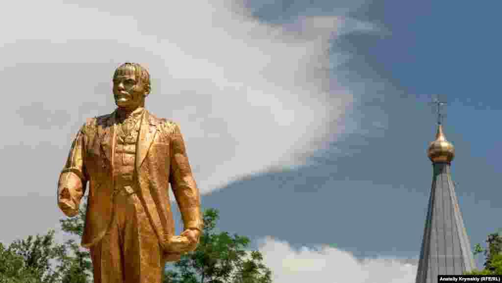 «Позначений» птахами пам'ятник Леніну в Красноперекопську. Уже понад 80 років 25-тисячне місто є головним промисловим центром на півночі Криму