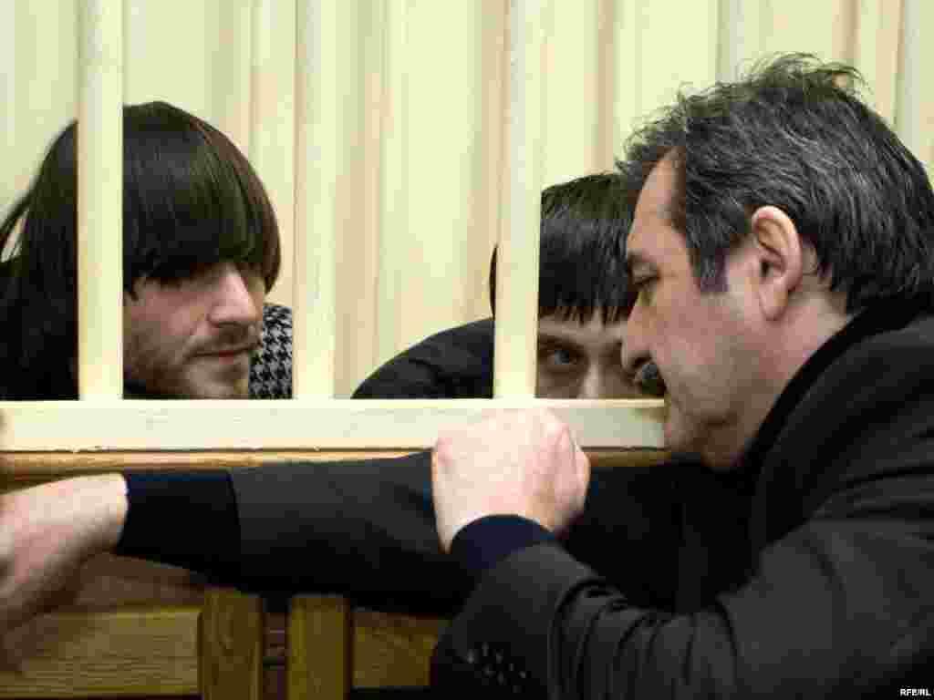 Адвокат Сайдахмет Арсамерзаев и его подзащитные братья Махмудовы с зале суда