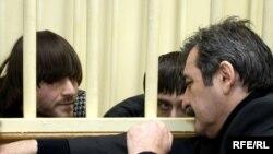 Адвокат Саидахмет Арсамерзаев со своими подзащитными - братьями Махмудовыми