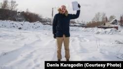 Денис Карагодін з актами про розстріли на Каштачній горі в Томську, де таємно ховали тіла страчених у катівнях НКВС