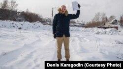 Денис Карагодин с актами о расстрелах на Каштачной горе в Томске, где тайно хоронили тела казненных в застенках НКВД