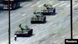 Невядомы стаіць перад танкамі на плошчы Т'яньаньмэнь у Пэкіне, 1989 год