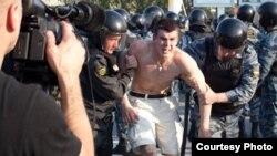 Москва, Болотная площадь, 6 мая 2012 года. Задержание одного из оппозиционных активистов - Дениса Луцкевича