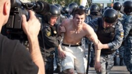 Болотный алаңында шерушілерді полиция тұтқындап жатыр. Мәскеу, 6 мамыр 2012 жыл.