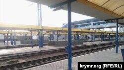 Сімферопольський залізничний вокзал спорожнів