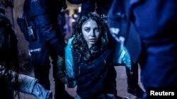 Imagine de Bulent Kilik, fotografă turcă, premiată în categoria Știri la Concursul Word Press Photo 2015, ilustrînd ciocnirile dintre protestari și poliție