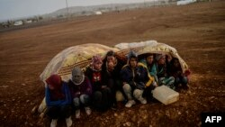 Refugjatë sirianë në Turqi, të larguar nga luftimet që po zhvillohen në shtetin e tyre