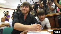Dzhabrail Makhmudov (left) and his brother Ibragin Makhmudov charged in the murder of journalist Anna Politkovskaya (file photo)
