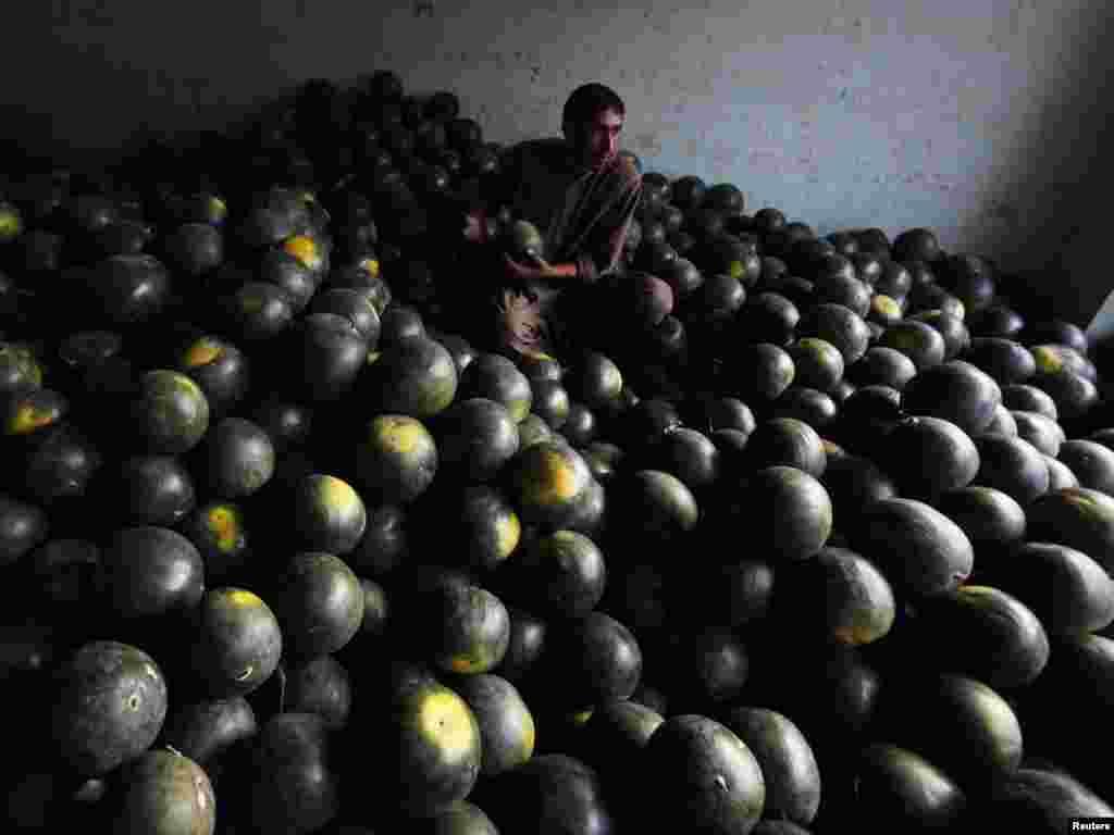 Чоловік продає кавуни на ринку в Абботтабаді, Пакистан, 10 травня. Photo by Akhtar Soomro for Reuters