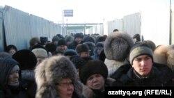 Торговцы на Центральном рынке Астаны бастуют против требований администрации. Астана, 14 января 2011 года.